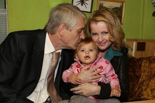 Josef Rychtář se rozněžnil nad roztomilou holčičkou.