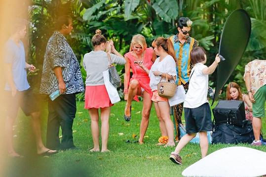 Paris Hilton se během focení na Havaji chvíli nehlídala.