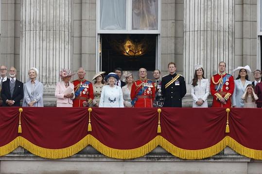 Přehlídku stíhacích letounů sleduje královská rodina z balkonu Buckinghamského paláce.