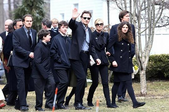 Liam Neeson s rodinou na snímku z roku 2009. Jeho syn Michael po hercově pravici.
