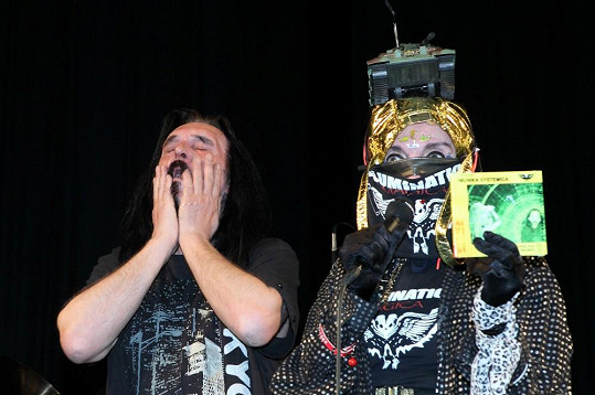 Svérázná zpěvačka pokřtila novou desku s tankem na hlavě.