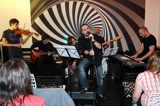 První koncert Petra Kutheila s kapelou.