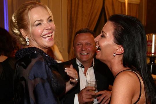 Celý večer se dobře bavili, mj. ve společnosti Dagmar Havlové.