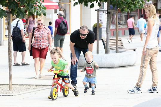 Čtyřletý Michal se proháněl po kolonádě na kole.