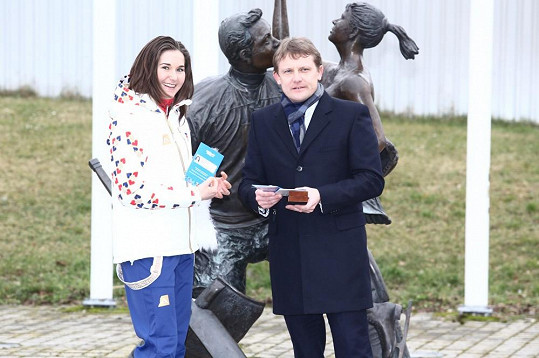 Martin Doktor předává Šárce olympijskou akreditaci.