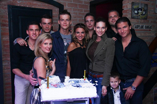 Na utajenou soukromou oslavu dorazila i Andrea Verešová s dětmi a nevlastní sestra Yvetty Saša.