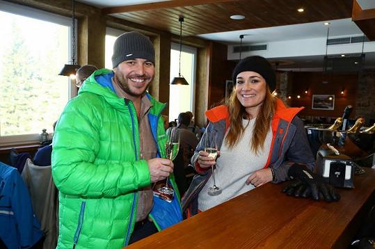 Alena Šeredová si s šéfem lyžařského střediska připila na zdraví.