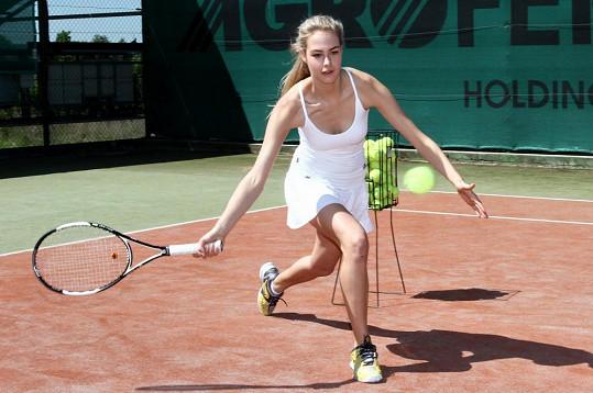 Simona se věnuje tenisu od dětství. Nyní učí malé děti.