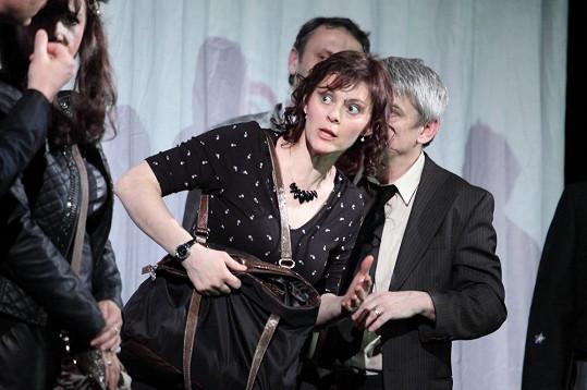 Klára Trojanová ve hře Večírek hraje manželku Michala Suchánka.