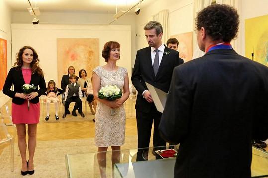 Lenka Vlasáková coby Valerie a Roman Zach alias Hynek se v Cestách domů vzali.