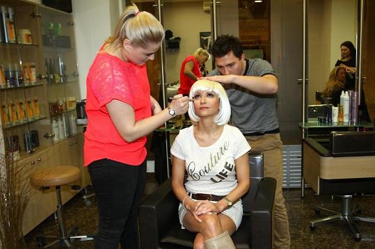 Yvetta Blanarovičová v péči svého kadeřníka Libora Smrže a vizážistky.