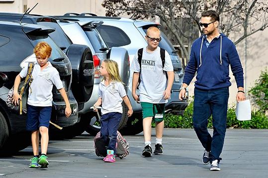 Jason Priestley se postaral i o spolužáky své dcery a odvezl je k rodičům.