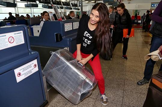Drobný kufr neměla ani Eva Decastelo.