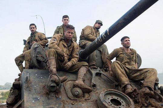 Brad Pitt jako velitel pětičlenné posádky tanku Sherman.