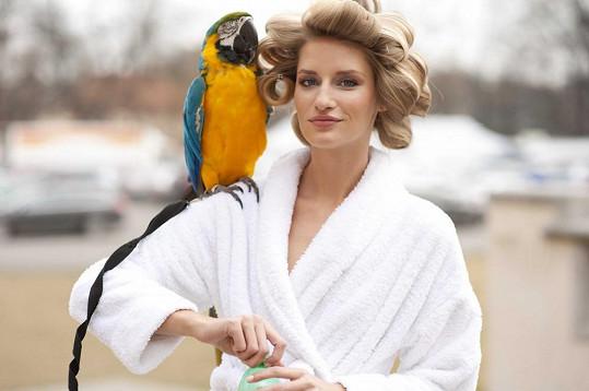 Topmodelka si zahrála s exotickými zvířaty.