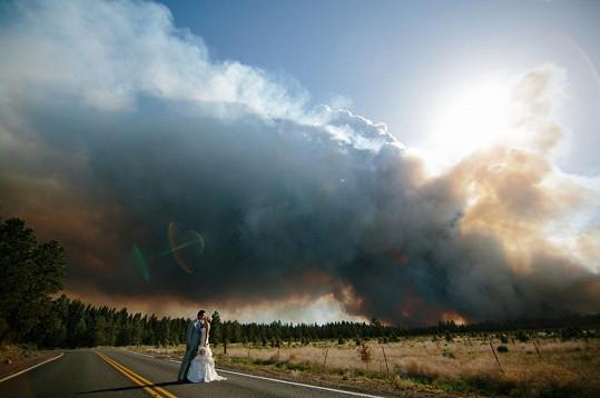 Požár vykreslil na obloze úchvatnou scenérii.