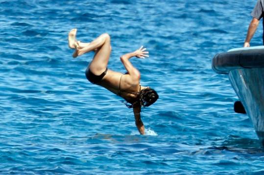 Herečka si troufla na téměř akrobatické skoky do vody.