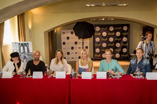 Do porotcovské lavice usedli módní ředitelka Harper's Bazaaru Lucie Janotová, stylista Filip Vaněk, Bára Bergová, ambasadorka Dreft Black Card Táňa Kuchařová a Karolína Bosáková.