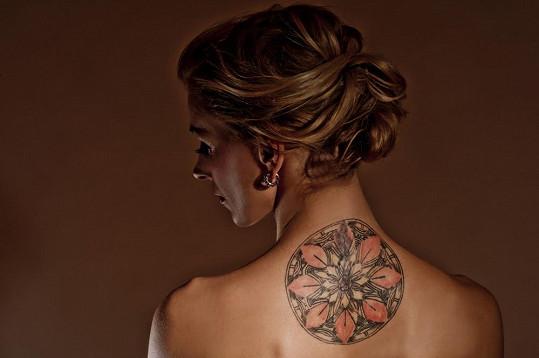 Herečka a její velké tetování.