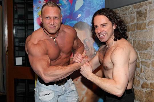 Šrek si porovnával svaly s oslavencem Richardem Sacherem.