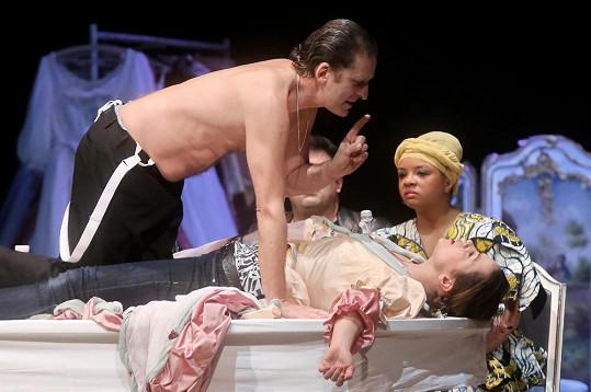 Oblíbený herec se na jevišti Stavovského divadla pořádně vyřádil.