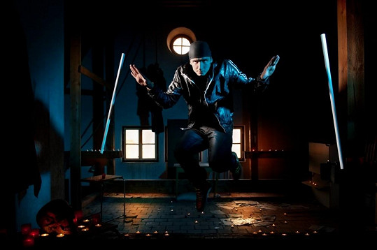 Proslavilo ho kouzlo s tančícími hůlkami.