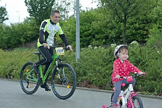 Zpěvák vede starší dceru ke sportu. S tou mladší má stejné plány.