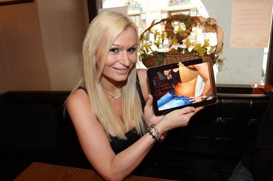 Eva ukazuje svůj původní snímek s tučným bříškem.