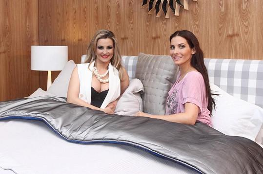 Monika Marešová a Eva Decastelo si ustlaly v luxusní posteli.