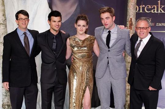 Na snímku jsou hned tři držitelé Zlatých malin - druhý zleva Taylor Lautner, Kristen Stewart a vpravo stojící režisér Bill Condon.