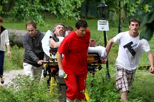 Pomáhal i nápadník Zuzany, hasič Martin (vpravo).