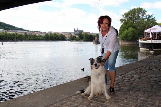Při nedělní procházce po nábřeží Petra nezapřela, že je milovnicí psů.