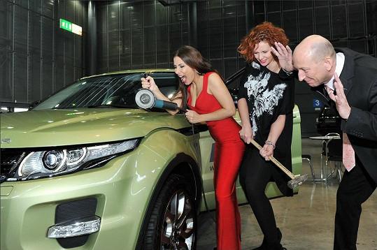 Eva a Štěpánka si upravují vůz.