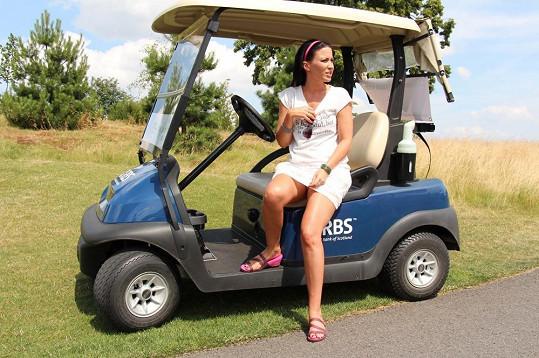 Při jízdě na golfovém hřišti chybělo opravdu jen málo.