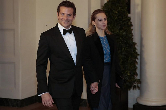 Takhle se Bradley Cooper vyparádil na setkání s americkým prezidentem. Společnost mu dělala přítelkyně.