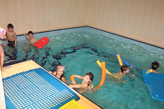 Dětská mejdla u Adamců končí v bazénu. Jasmínka plavání miluje.