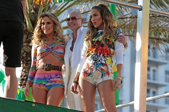 Píseň We Are One společně nazpívali Pitbull, JLo a brazilská zpěvačka Claudia Leitte.