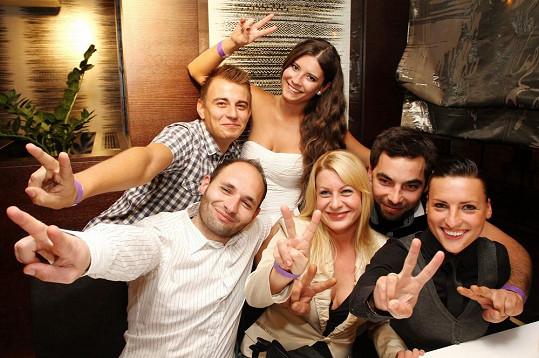 Mirka s přáteli na večírku