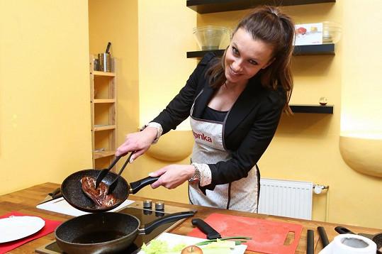 Herečka Alice Bendová se střetla v kuchařském souboji se zpěvákem Marianem Vojtkem.