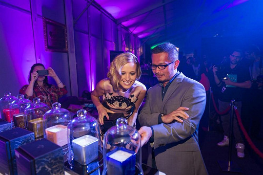 Petra na přehlídce představila také luxusní svíčky, které navrhla v kolekci bytového designu.