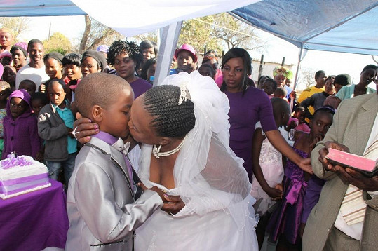 Sanele Masilea a Helen Shabangu při manželském polibku