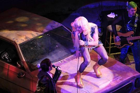 Neil předvádí na divadelních prknech famózní výkon jako německý transgender Hedwig.