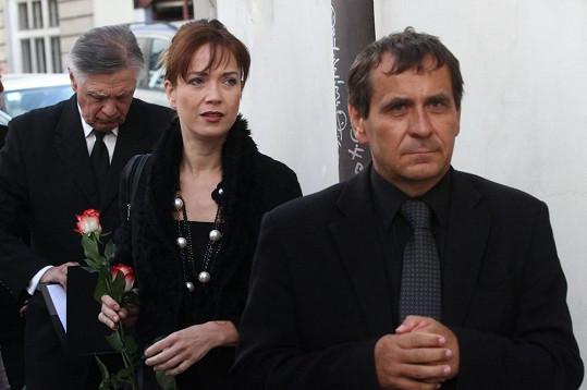 Tereza Kostková a Petr Kracik na pohřbu režiséra Jiřího Krejčíka