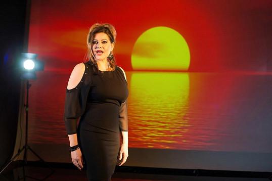 Ilona Csáková při natáčení klipu