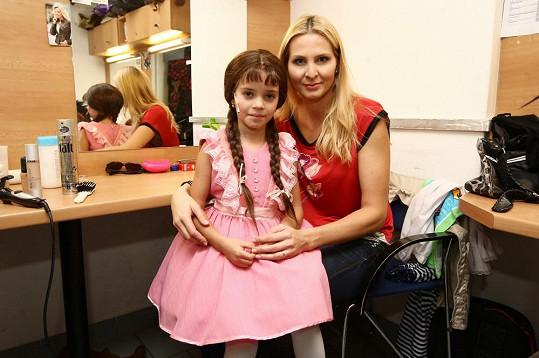 Dcera Charlottka si zahrála v muzikálu, kde ji maminka plně podporovala.