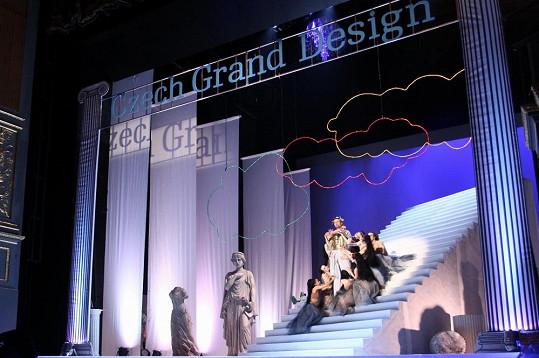 Scéna byla koncipována v antickém stylu.