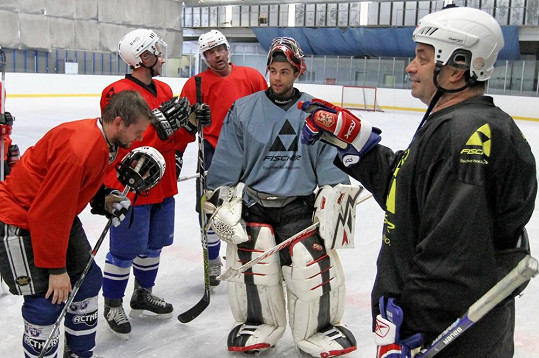 Martin Dejdar vyrazil s týmem hvězd HC Olymp na soustředění do Liberce, kde zaskakoval za trenéra.