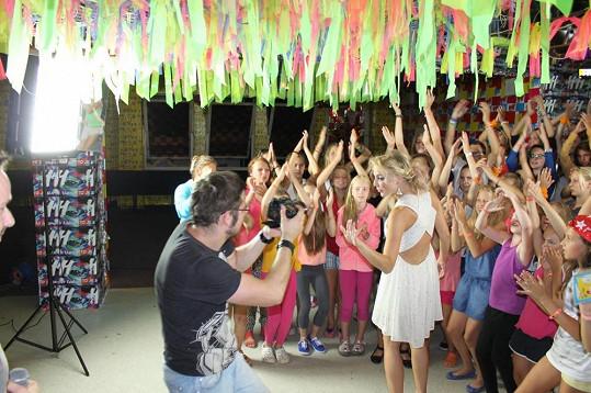 Zpěvačka zapojila do natáčení klipu i táborníky.