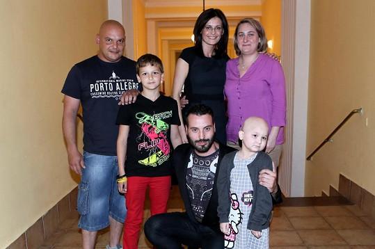 Vyfotil se s rodinou, jíž byl určen výtěžek akce.