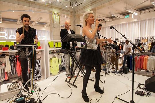 Na akci vystoupila také pražská electro-popová skupina Cartonnage.
